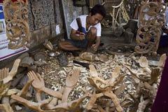 L'artigiano birmano lavora il legno Fotografie Stock