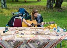 L'artigiano gioca la sua chitarra alla secondi musica e Art Festival annuali immagine stock libera da diritti