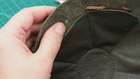 L'artigiano inserisce un cordone nel sacchetto cucito video d archivio
