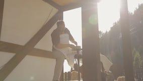 L'artigiano scolpisce dalla forma dell'argilla delle mani nel giorno soleggiato stock footage
