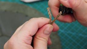 L'artigiano taglia il cordone per il sacchetto dalle forbici e le ripara da fuoco archivi video
