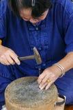L'artisan découpe l'art de plat argenté Photo libre de droits
