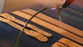 L'artisan en cuir cause la peinture sur des courroies Concept fait main Concept de la petite entreprise pour cr?er les produits e clips vidéos