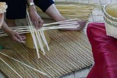 L'artisan fait la vannerie de rotin handcraft image stock