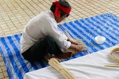 L'artisan fait la vannerie de rotin handcraft image libre de droits