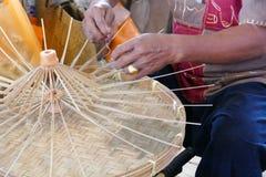 L'artisan fait le parapluie de rotin handcraft images libres de droits