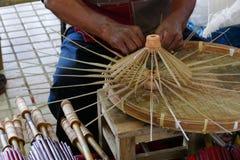 L'artisan fait le parapluie de rotin handcraft photographie stock
