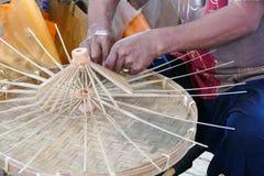L'artisan fait le parapluie de rotin handcraft photo libre de droits
