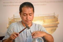 L'artisan thaïlandais martèle Nielloware, Bangkok, Thaïlande photo stock