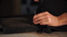 L'artisan utilise les outils spéciaux dans un atelier banque de vidéos