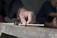 L'artisanat amincit la fabrication en bambou de rayures Photos libres de droits