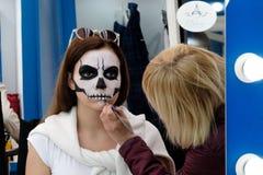 L'artista applica il cranio compensa l'ospite Fotografia Stock