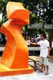 L'artista dal Nepal stava intagliando le candele in cera di Ubon Immagine Stock