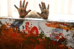L'artista dei bambini passa a pittura i multi colori Fotografie Stock