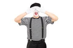 L'artista del mimo che copre il suo osserva Fotografie Stock Libere da Diritti