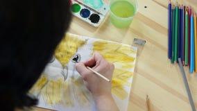 L'artista della donna disegna l'occhio di un uccello video d archivio