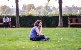 L'artista della giovane donna riflette il suo oggetto nel Tuileries, Parigi Immagine Stock