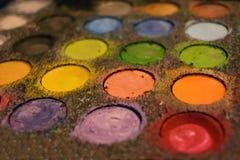 L'artista della pittura del fronte di trucco colora il corredo Fotografia Stock