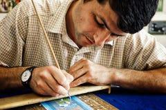 l'artista della pittura sta lavorando ad una piccola scena alla sua officina fotografia stock