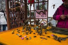 L'artista di tessitura dell'erba nell'area scenica orientale portone di qinhuai di Nanchino di vecchio immagini stock