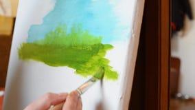 L'artista dipinge un'immagine su una tela bianca nel pomeriggio