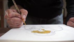 L'artista dipinge una spazzola fine su una piccola tela video d archivio