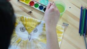 L'artista disegna un uccello giallo video d archivio