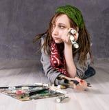 L'artista femminile creativo si trova meditatamente sul pavimento Immagini Stock