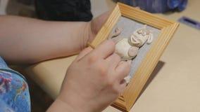 L'artista femminile sta pulendo la pittura fatta a mano prima del processo della vernice archivi video