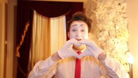 L'artista maschio del MIMO con il fronte bianco mostra le parodie stock footage