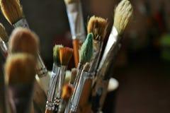 L'artista prende le pitture, l'artista And della spazzola delle prese le maschere scompare ed affronta il ¼ del appearÐ immagine stock libera da diritti