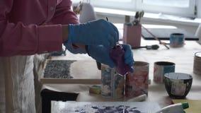 L'artista prepara un'immagine Vernice rossa Art Studio collaborazione stock footage