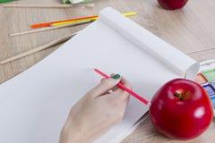 L'artista sta andando disegnare una mela Fotografia Stock Libera da Diritti