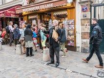 L'artiste barbu de portrait fait des gestes à l'ami invisible à travers Montmar Photos libres de droits