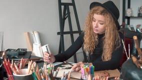 L'artiste colore les croquis banque de vidéos
