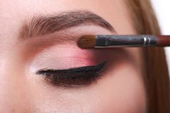 L'artiste de maquillage appliquent le fard à paupières avec la brosse, beauté Photo libre de droits