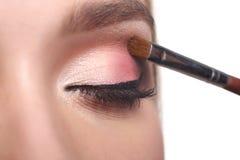 L'artiste de maquillage appliquent le fard à paupières avec la brosse, beauté Photographie stock libre de droits
