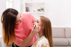L'artiste de maquillage appliquent l'ombre de sourcil avec la brosse, beauté Images libres de droits