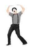 L'artiste de pantomime simulent porter quelque chose des frais généraux Photographie stock