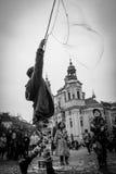 L'artiste de rue fait le savon de bulles image stock