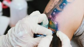 L'artiste de tatouage font le tatouage au studio banque de vidéos