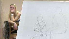 L'artiste dessine avec un crayon le jeune modèle illustration stock