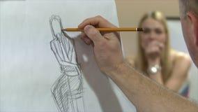 L'artiste dessine avec un crayon le jeune modèle clips vidéos
