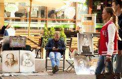 L'artiste dessine un portrait d'une femme par coeur Photos libres de droits
