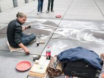 L'artiste en pastel dessine Charlie Chaplin sur la plaza concrète chez Beaubourg, Paris Images libres de droits