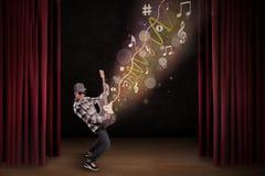 L'artiste exécutent avec la guitare sur l'étape Photographie stock libre de droits
