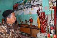 L'artiste folklorique de la fabrication de marionnettes de l'eau de Thanh Hai à l'intérieur de la marionnette en bois Image stock