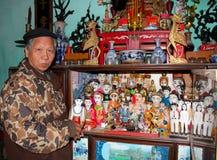 L'artiste folklorique de la fabrication de marionnettes de l'eau de Thanh Hai à l'intérieur de la marionnette en bois Image libre de droits