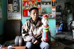 L'artiste folklorique du puppe en bois de contrôle de fabrication de marionnettes de l'eau de Thanh Hai Photographie stock libre de droits