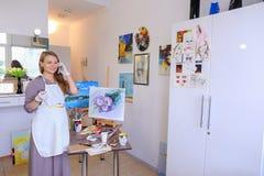 L'artiste Girl Holds Brush à disposition et dessine sur la toile, prend le pH Photographie stock libre de droits